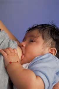 Сосание груди вызывает потливость у малышей