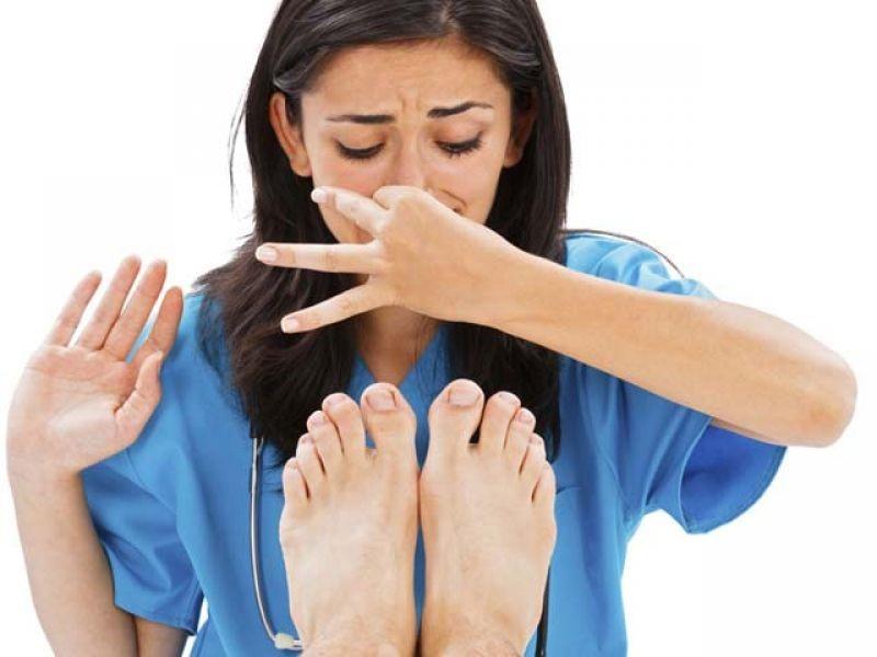 Как эффективно бороться с неприятным запахом ног: основные способы